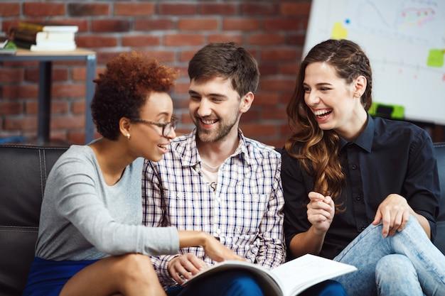 Colegas se comunicando durante o freio de negócios. Foto gratuita
