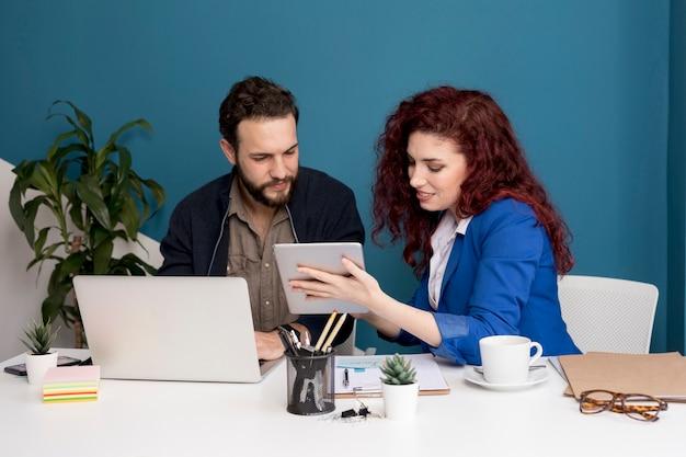 Colegas trabalhando e planejando juntos Foto gratuita