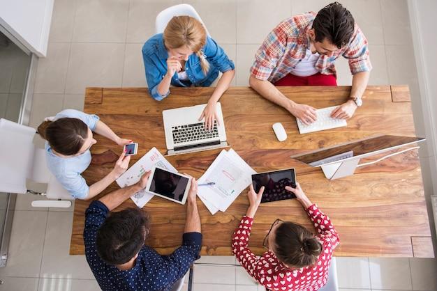 Colegas trabalhando no escritório em um ambiente descontraído Foto gratuita