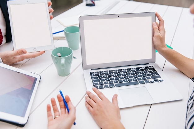 Colheita de colegas de trabalho usando o laptop Foto gratuita