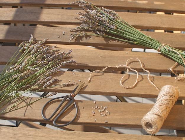 Colheita de lavanda cacho de lavanda na mesa de madeira com luz solar aromaterapia medicina tradicional Foto Premium