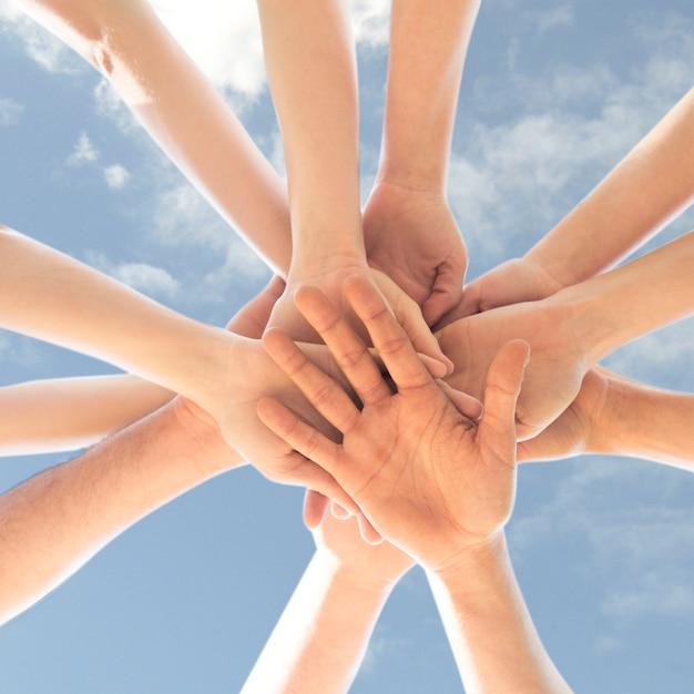 Colheita de mãos em círculo no céu azul Foto Premium