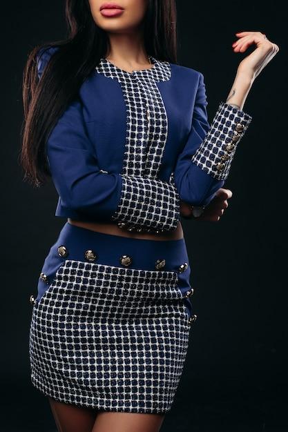 Colheita de mulher elegante na jaqueta elegante e saia sobre Foto Premium