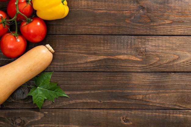 Colheita de outono, legumes e frutas em fundo de madeira velha Foto Premium
