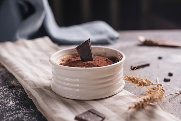Colheita de trigo perto da sobremesa de chocolate alce em tigela branca Foto gratuita