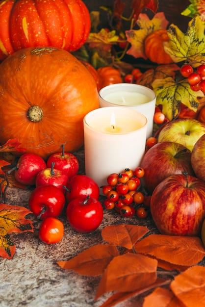 Colheita rica e velas na mesa Foto gratuita