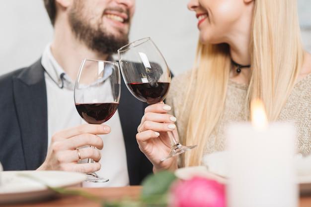 Colheita rindo casal tomando vinho Foto gratuita