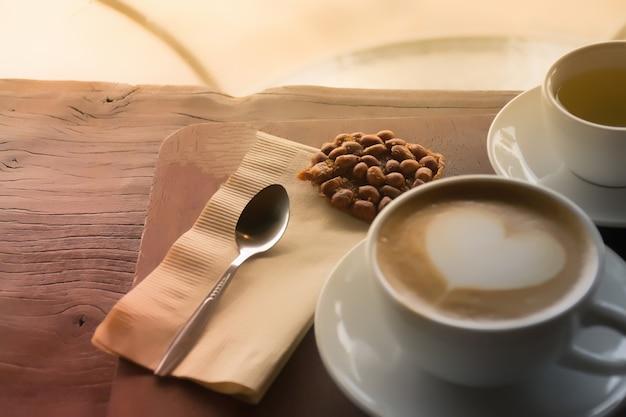 Colher com café. xícara de café na mesa de café. Foto Premium
