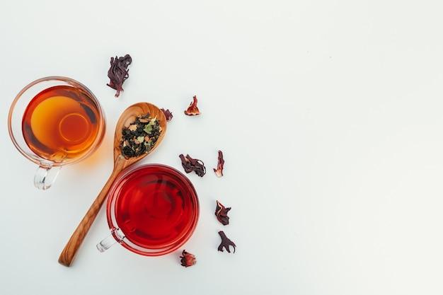 Colher de chá de chá seco no fundo branco Foto Premium