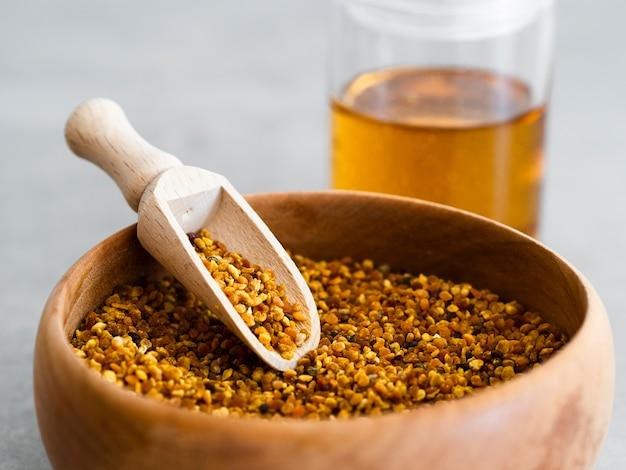 Colher de madeira no pólen de abelha Foto gratuita