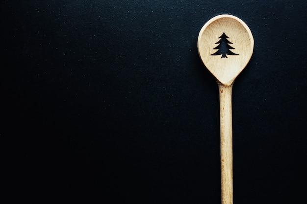 Colher de natal na mesa escura Foto gratuita