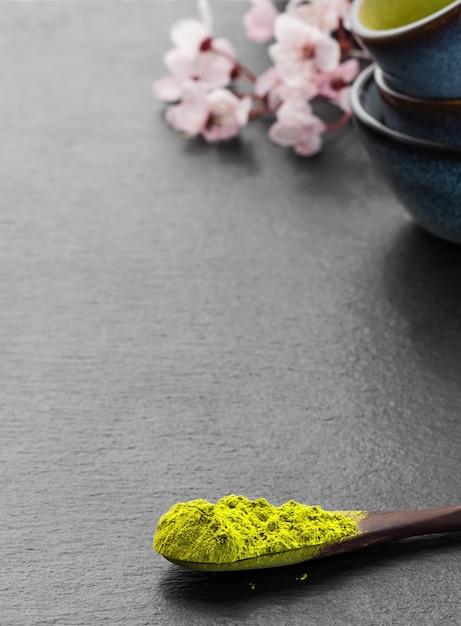 Colher de pau com chá verde matcha em pó Foto gratuita