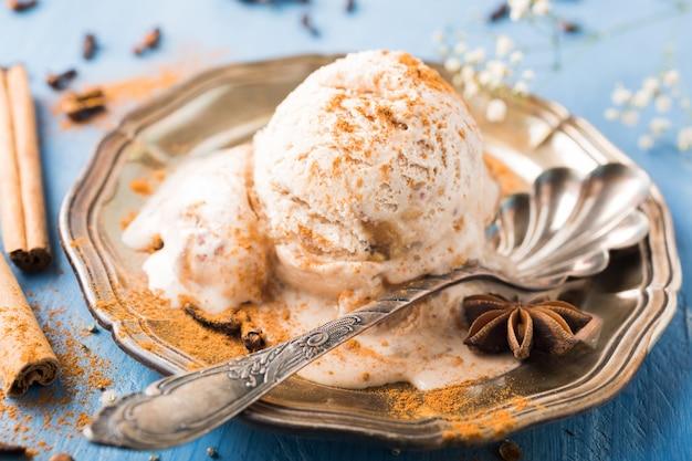 Colher de sorvete caseiro com canela Foto Premium