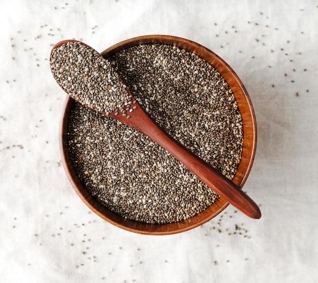 Colher e tigela cheia de sementes Foto gratuita
