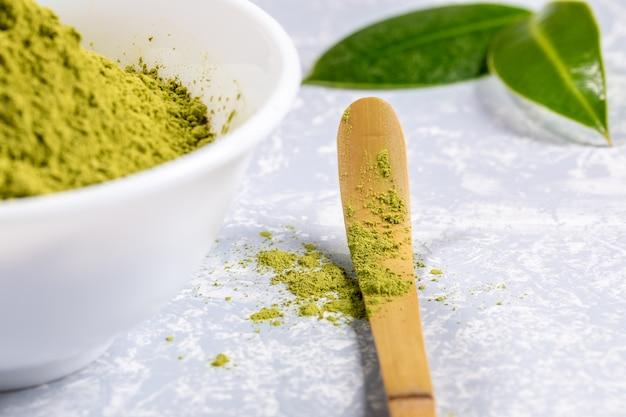Colher especial de close-up com pó de chá verde matcha Foto Premium
