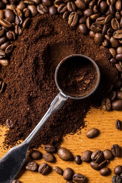 Colher metálica e café Foto Premium