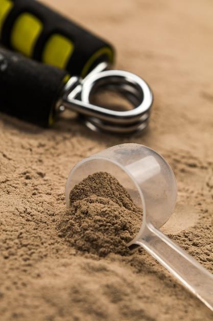Colheres cheias de pós de proteína para nutrição fitness para começar a treinar Foto Premium
