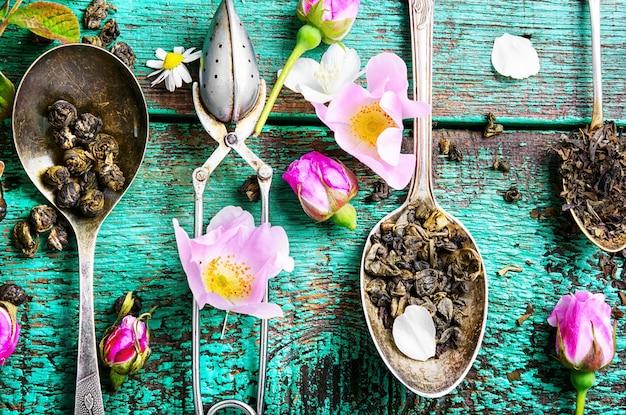 Colheres de chá com folhas de chá Foto Premium