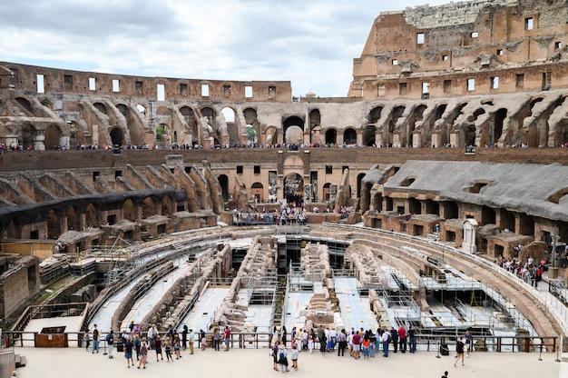 Coliseu, dentro da vista, interior. arena romana antiga do gladiador. itália, roma. Foto Premium