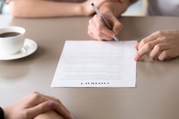 Colocar assinatura no contrato, hipoteca da família, seguro de saúde, contrato de empréstimo Foto gratuita