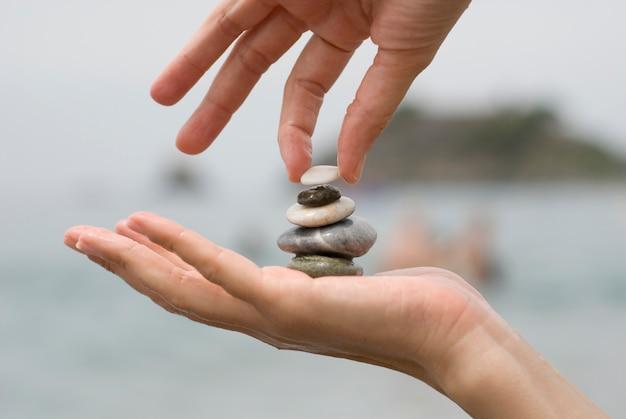 Colocar o último seixo em uma pilha de pedras Foto gratuita