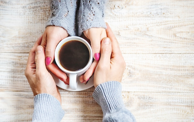 Coloque a bebida para o café da manhã nas mãos dos amantes. foco seletivo. Foto Premium