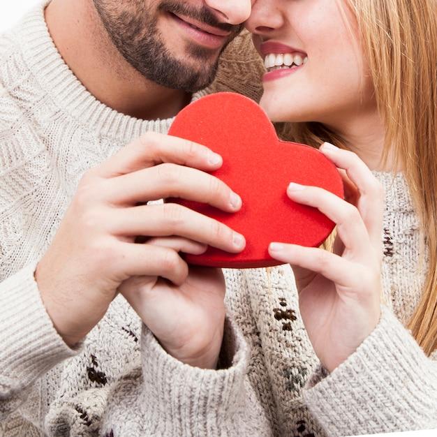 Coloque casal com coração adorável Foto gratuita