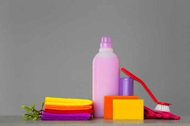 Colorido conjunto de ferramentas para limpeza da casa e galhos Foto Premium