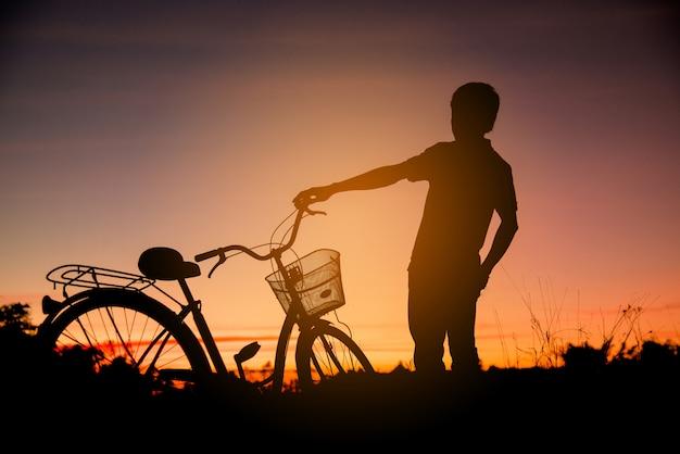 Colorido de ciclista e silhuetas de bicicleta Foto gratuita