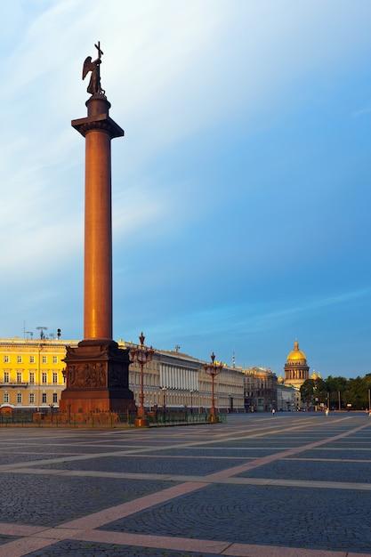 Coluna de alexander na praça do palácio Foto gratuita