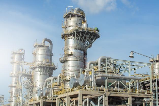 Coluna, torre de coluna e trocador de calor em planta de separação de gás. Foto Premium