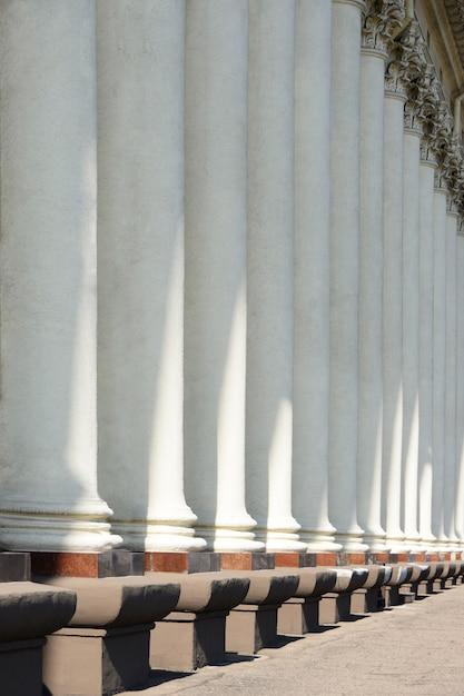 Colunas de um edifício histórico Foto Premium