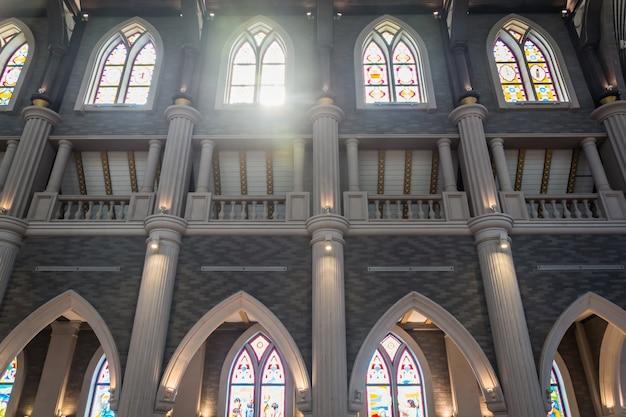 Colunas e arcos de uma igreja Foto gratuita