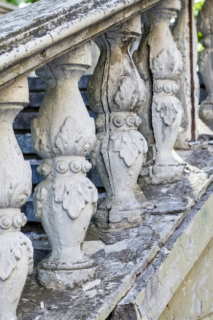 Colunas na velha escadaria. Foto Premium