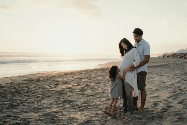 Com a família curtindo a praia Foto Premium