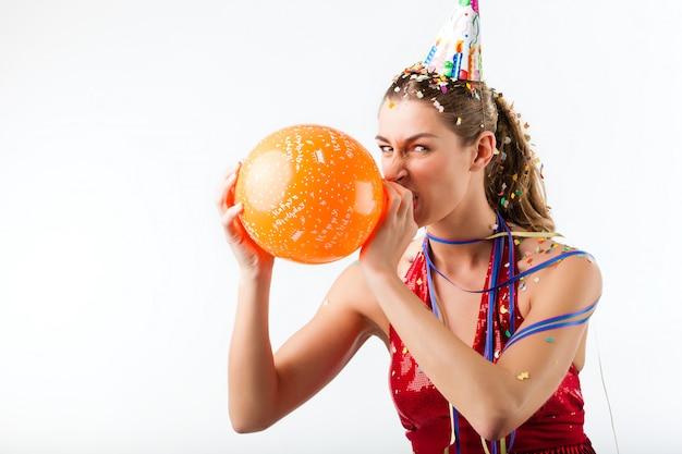 Com raiva mulher comemorando aniversário com balão Foto Premium