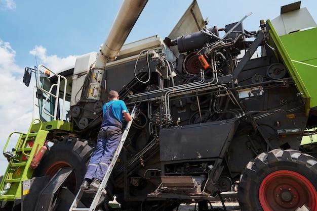 Combine serviço de máquina, motor de reparo mecânico ao ar livre. Foto gratuita
