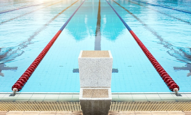 Começar a pé para jogo de esporte nadador. Foto Premium
