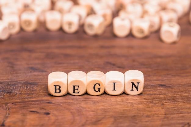 Comece a palavra em cubos de madeira Foto gratuita