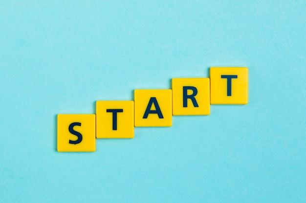 Comece a palavra em telhas scrabble Foto gratuita