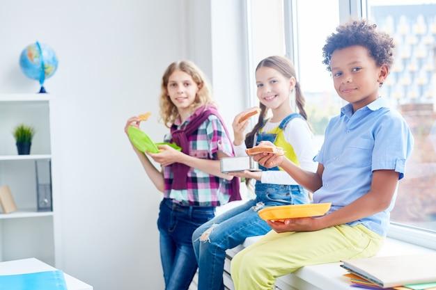 Comer depois da aula Foto gratuita