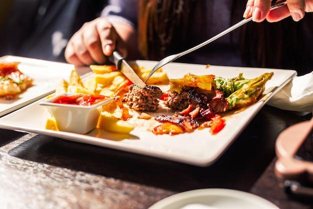Comer em um restaurante Foto gratuita