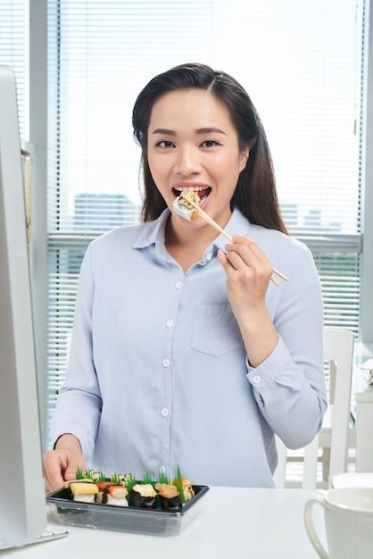 Comer no local de trabalho Foto gratuita
