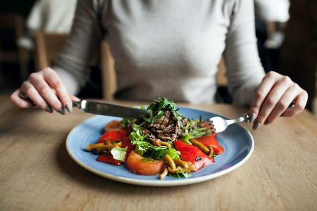 Comer salada pessoas saudáveis alimentos Foto gratuita
