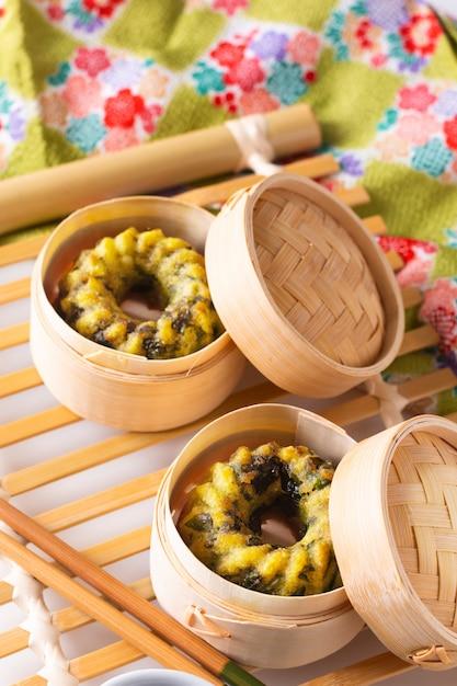 Comida asiática conceito caseira dim sum frito bolinhos de cebolinhas de alho bambu cesta Foto Premium