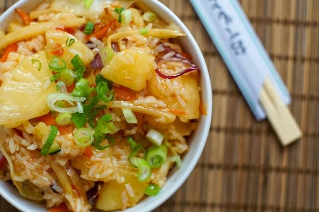 Comida asiática em um restaurante Foto gratuita