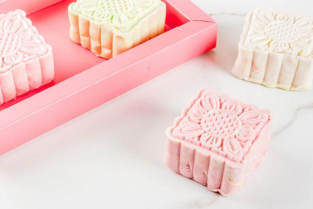 Comida asiática, japonesa, sobremesa doce tradicional multicolorida sem bolos de pele de neve de bolos na mesa de mármore branca. copie o espaço vista superior Foto Premium