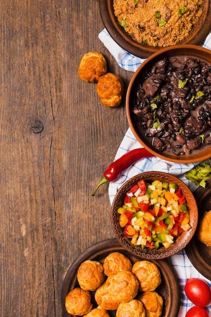 Comida brasileira de cima com espaço de cópia Foto gratuita