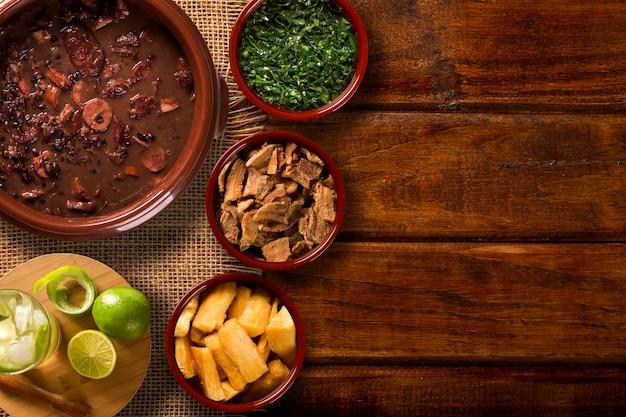 Comida brasileira de feijoada. vista do topo Foto Premium