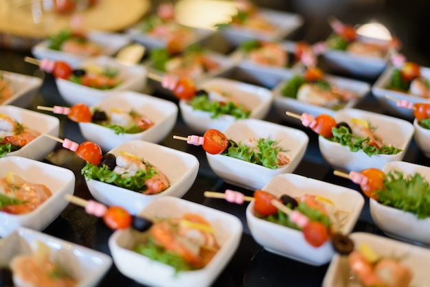 Comida buffet, catering comida festa no restaurante Foto Premium